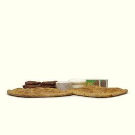Cesta con dos empanadas tradicionales gallegas,anchoas del cantábrico, queso crmeoso de cabra y queso fresco de O Cebreiro