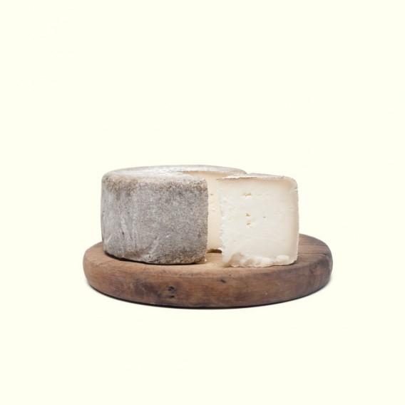 Queso de leche cruda de cabra con una curación mínima de dos meses en el obradoiro artesanal de los productores