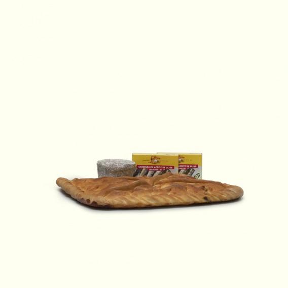 Empanada de ventresca de bonito tradicional gallega, sardinillas en aceite de oliva, y queso cremoso de cabra