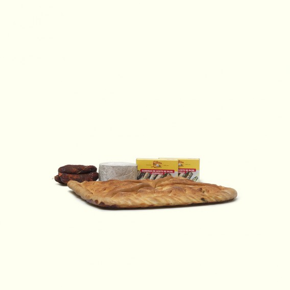 Empanada de ventresca de bonito tradicional gallega acompañada de queso de cabra,chorizos artesanos, y sardinillas.