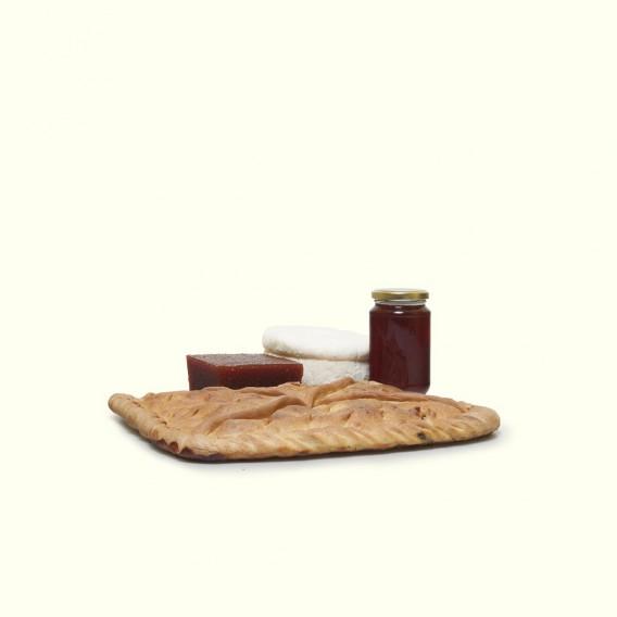 Empanada de ventresca de bonito tradicional gallega,acompañada de queso de O Cebreiro,dulce de membrillo y miel