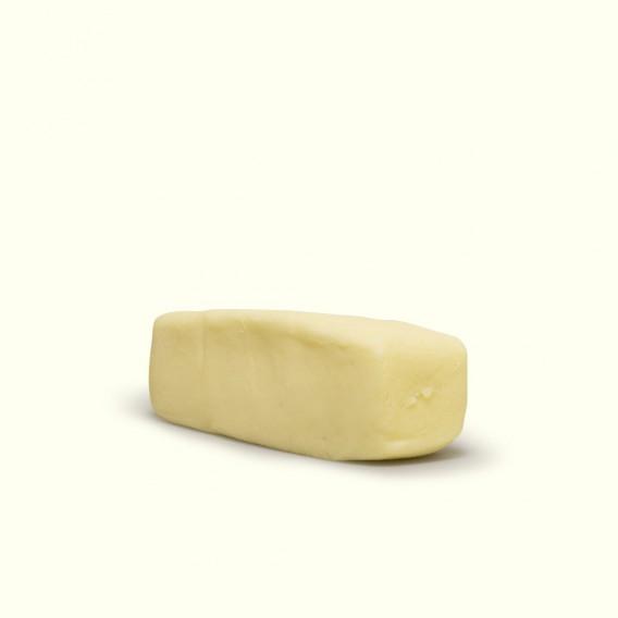 Mantequilla de vaca pura hecha por Pilar con la leche cruda de sus vacas, que pastan a sus anchas en los campos de O Cebreiro