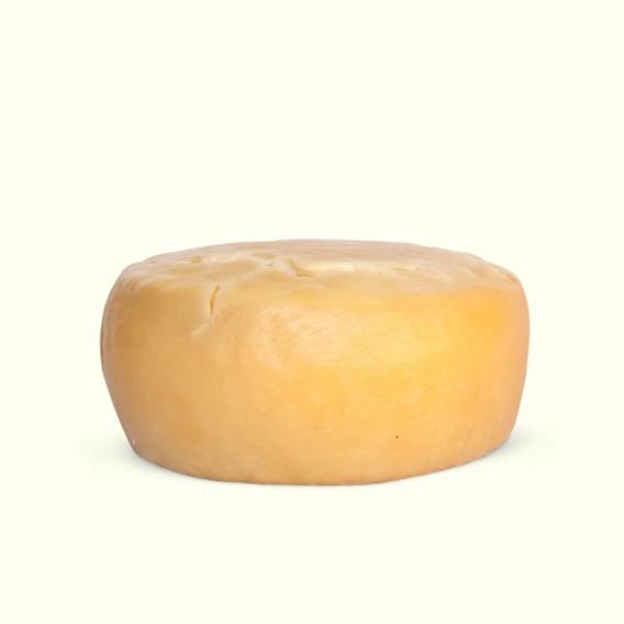 Queso curado de vaca elaborado con leche cruda y envejecido siguiendo la receta tradicional de la familia de Víctor.