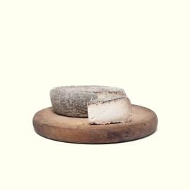 Queso de cabra cremoso elaborado por Rocío & Jorge en su obrador artesanal con leche cruda y maduración de 2 meses.