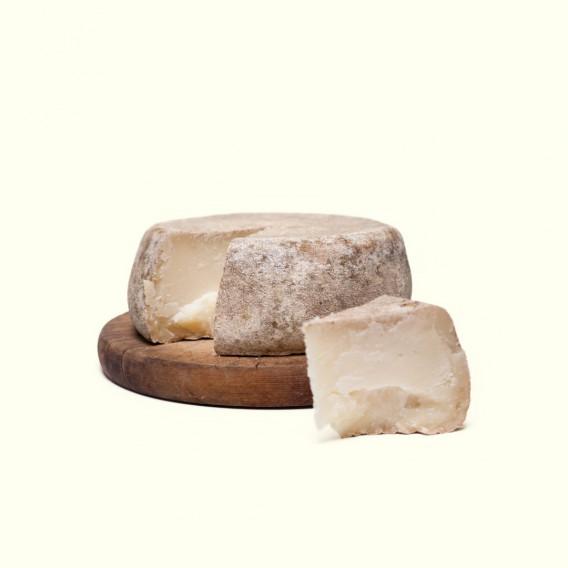 Queso semicurado de cabra elaborado por Rocío & Jorge en su obrador artesanal con leche cruda y maduración de más de 2 meses.