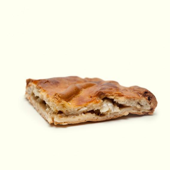 Empanada de bacalao con pasas de autor. Elaborada con receta propia de la familia de panaderos de forma artesanal